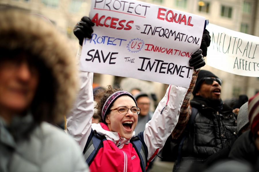 Protesters+protesting+against+the+FCC%E2%80%99s+ruling.
