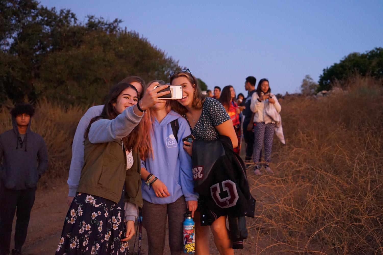 Ariel+Benjamin+%28%2720%29%2C+Eleanor+Corbin+%28%2720%29%2C+Molly+Mitchell+%28%2720%29%2C+and+Maya+Jaffe+%28%2720%29+take+a+%22golden+hour%22+selfie.